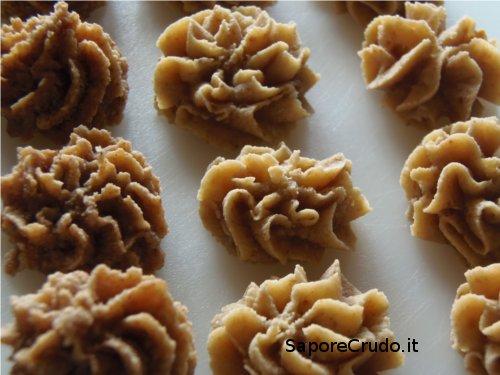 Biscottini raw alla cannella e biscottini raw alla vaniglia.
