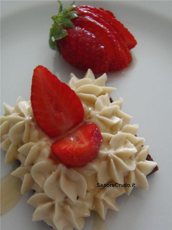 Tortina raw al cacao con raw mascarpone e fragole fresche glassate